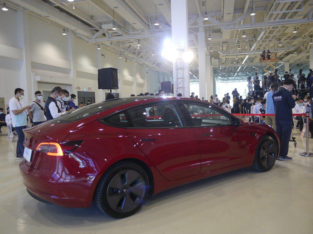 為吸引消費,高市府準備送出七輛Tesla,每月1號會抽出大獎。記者徐白櫻/攝影