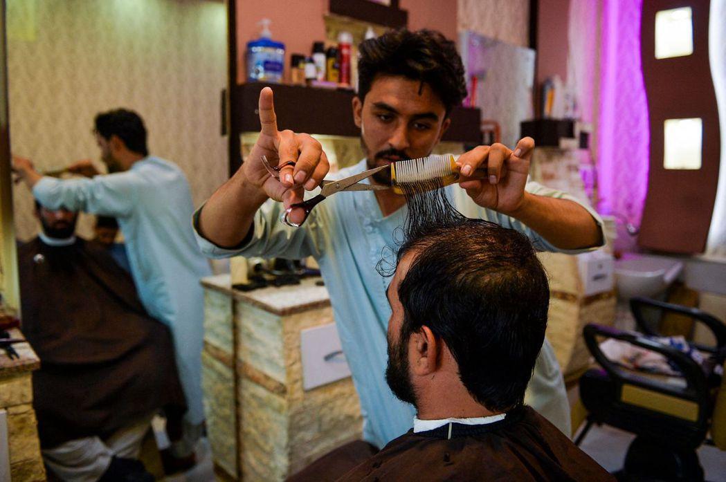 「每日郵報」報導,神學士控制阿富汗後施行多項限制,近期又命令赫爾曼德省的理髮師「...