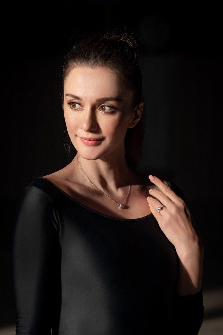 瑞莎配戴點睛品Infini Love Diamond。圖/點睛品提供