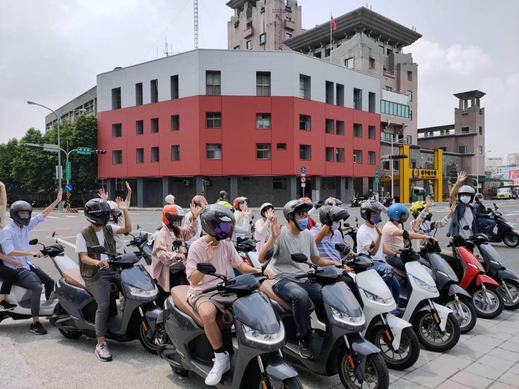 光陽工業(KYMCO)衝刺電動機車市場,上午把第500座換電站設在台中市秀泰廣場...