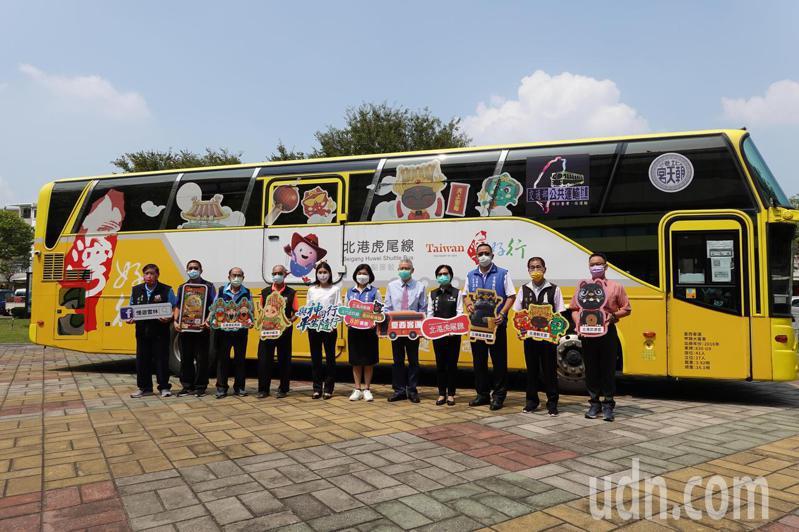 雲林縣政府今天推出台灣好行巴士「與神同行」路線,透過巴士帶領遊客深入淺出遨遊雲林廟宇文化。記者陳苡葳/攝影