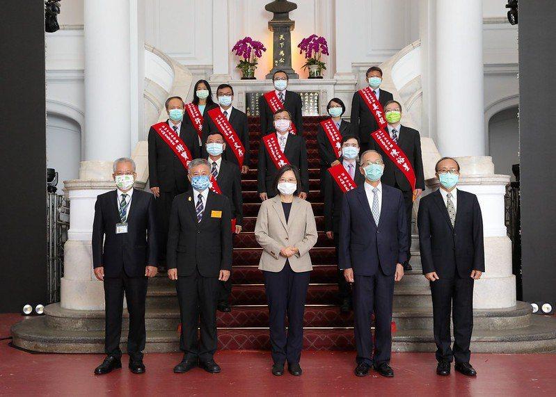 蔡英文總統(前排中)今天上午接見國際同濟會台灣總會理監事首席及全國十大傑出農業專...