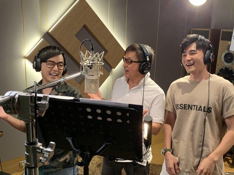 黃子佼(左起)、李濤、是元介合作「謝謝老師2021加零版」一曲。圖/關懷台灣文教...