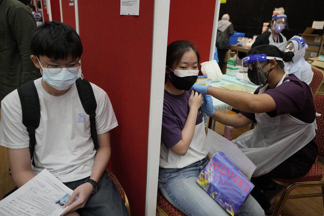 馬來西亞中學生接種AZ疫苗的一景。美聯社