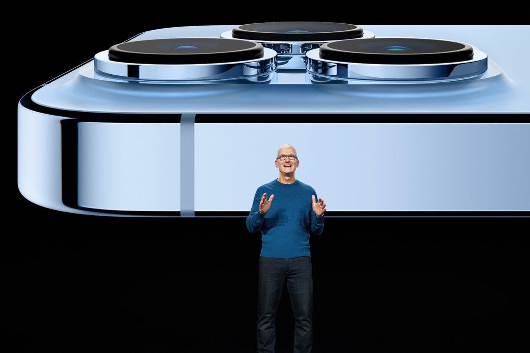 蘋果執行長庫克,14日在發表會上親自介紹iPhone 13 Pro的先進攝影系統...