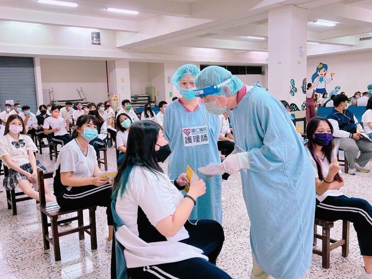 屏東縣今天有12所國高中接種,預計施打6396位學生,至中午前有10名學生施打後...