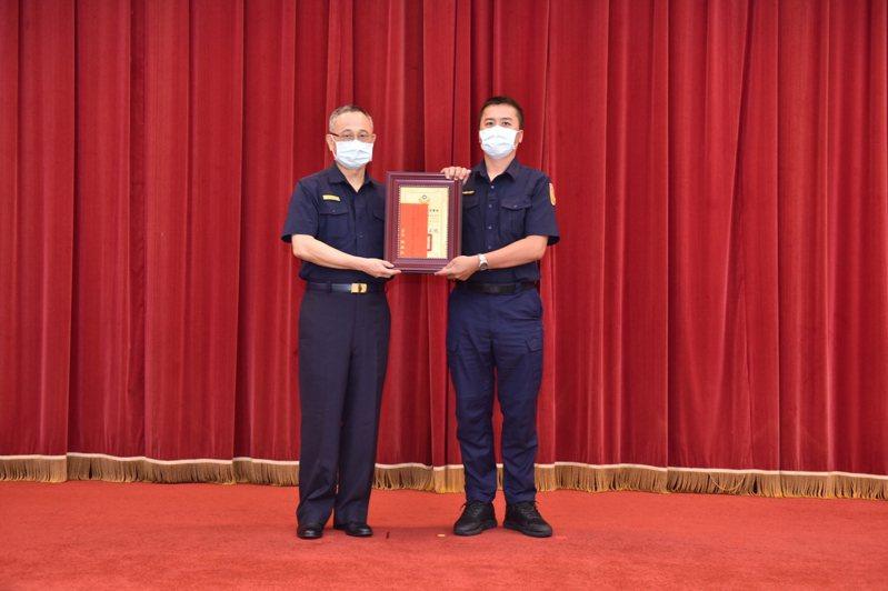 台中市第二警分局永興所警員宋明昆(右)在24日接獲警政署長陳家欽(左)表揚,成為20為全國警察防疫楷模的得獎者之一。圖/第二警分局提供