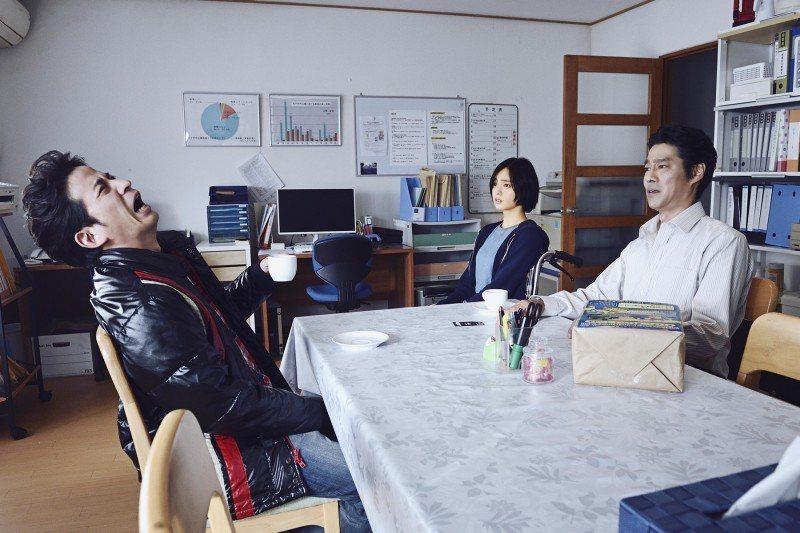 岡田准一(左起)、平手友梨奈(中)以及堤真一在「殺手寓言:殺手不殺人」合作。圖/
