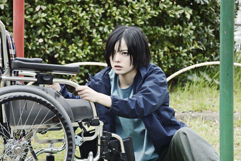 偶像女星平手友梨奈在「殺手寓言:殺手不殺人」飾演神祕的輪椅少女。圖/采昌提供
