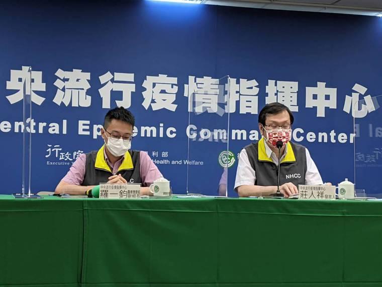 由左到右中央流行疫情指揮中心醫療應變組副組長羅一鈞、發言人莊人祥。記者謝承恩/攝...