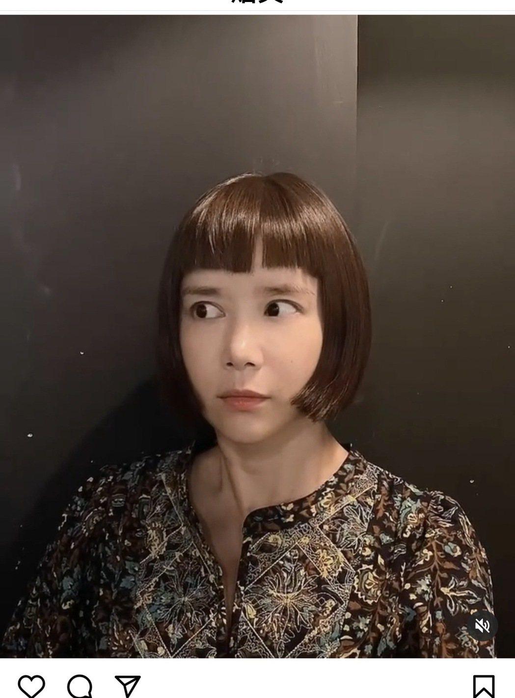 李佳穎上演「魷魚遊戲」中的一二三木頭人娃娃嚇壞網友。圖/摘自IG