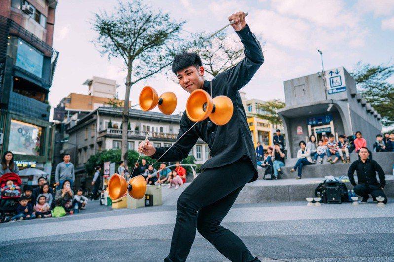 基隆市文化局10月2日下午在海科館舉辦「藝期一會~街頭藝人嘉年華」活動;圖為演出者鄭湧蒼。圖/基市府提供