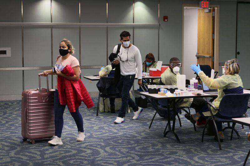 美國上周宣布,11月起實施防疫新辦法,入境美國的外國旅客需提供完整新冠疫苗接種證明。圖為今年5月10日,旅客在佛羅里達州邁阿密國際機場接種疫苗。法新社