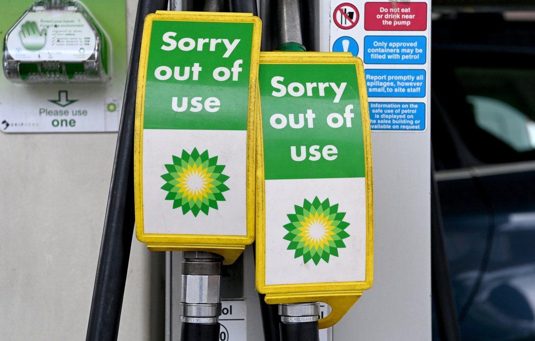 英國燃油短缺危機加劇,圖為24日英國石油公司位在倫敦一間加油站貼出的售罄公告。歐...