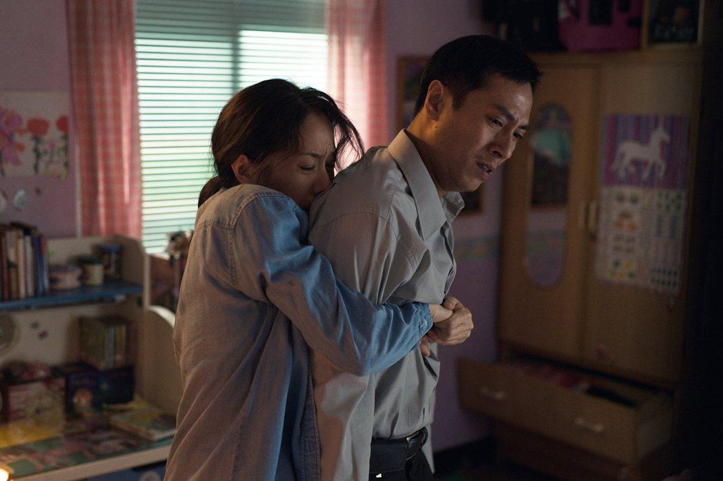 林嘉欣(左)在新片「美國女孩」和莊凱勛演(右)夫妻。圖/傳影提供