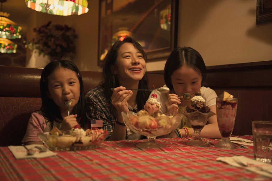 林嘉欣(中)在新片「美國女孩」以母親角色再展演技。圖/傳影提供