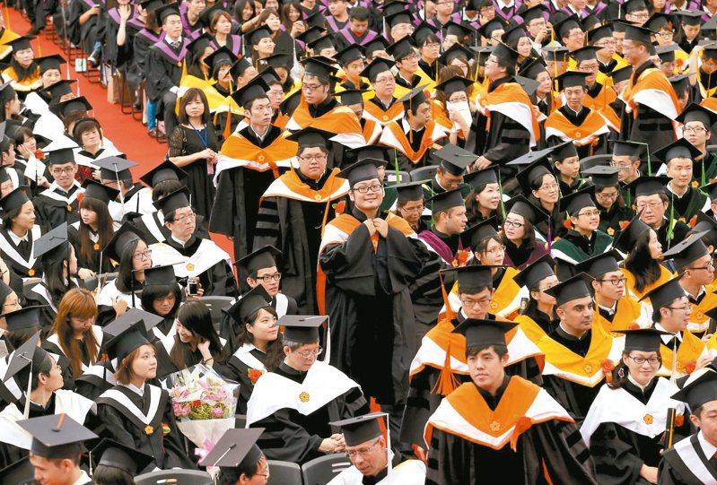 台灣大學副教務長詹魁元表示,大學要創造多元學習環境,也包含國籍的多元,如今台灣也開始有外籍生留台任教。圖為台大畢業典禮。圖/聯合報系資料照片