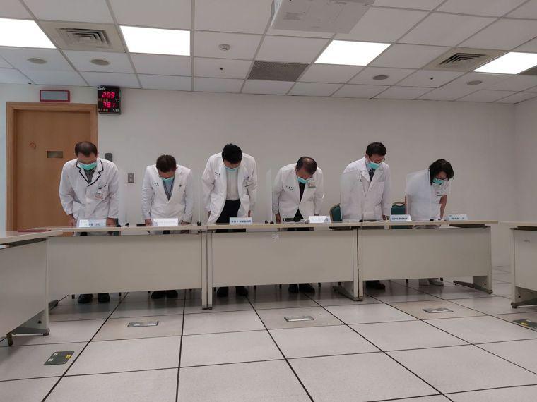 恩主公醫院上午出面道歉,院長吳志雄(右3)表示,是護理人員與藥師交班時不注意,雙...