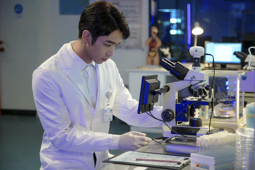 劉以豪為角色做足科學相關功課。圖/劉以豪工作室提供