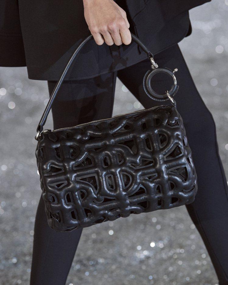 黑色、黃褐色絎縫納帕皮革鏤空TB Monogram圖案款式手拿包。圖/BURBE...