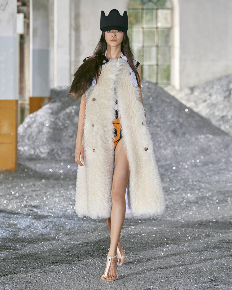 泳衣搭配馬海毛混紡披肩,棉質棒球帽上飾有氯丁橡膠、皮革和薄紗飾片。圖/BURBE...