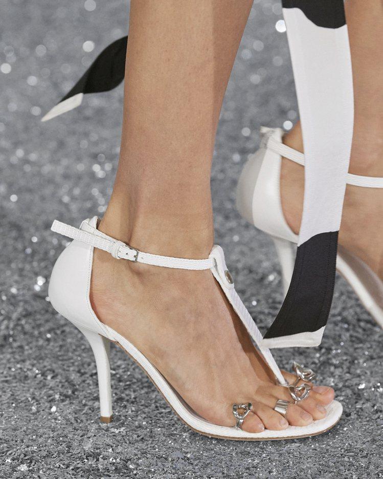 小牛皮涼鞋具有T字和搭釦踝帶,以極簡主義風格露出女性的美麗雙足。圖/BURBER...