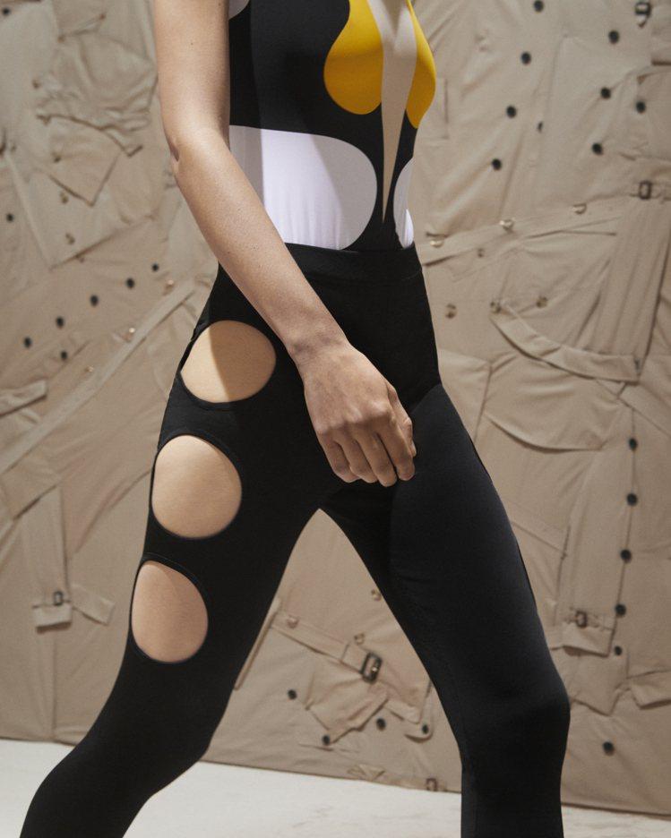 彈性科技布料製成的多孔洞黑色貼身性感服裝。圖/BURBERRY提供