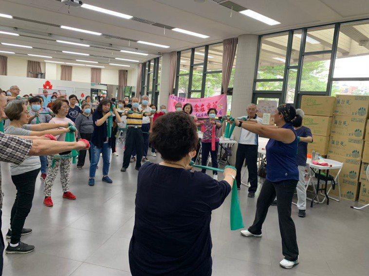 台北榮總高齡醫學中心在各社區據點推動多元介入方案,透過認知訓練課程及多元運動有效...