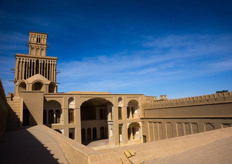 位於伊朗中部的沙漠城市雅茲德(Yazd)自古凝聚著一股創造力,誕生出古代工程系統上的不少驚奇,其中最突出的是捕風塔。路透/HANS LUCAS