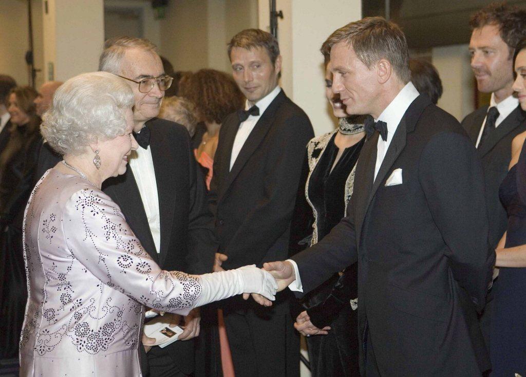 伊莉莎白二世女王(左)和丹尼爾克雷格握手致意。(歐新社資料照片)