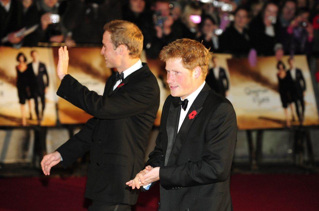 威廉(左)和哈利兄弟倆曾是「007:量子危機」首映會嘉賓。(路透資料照片)