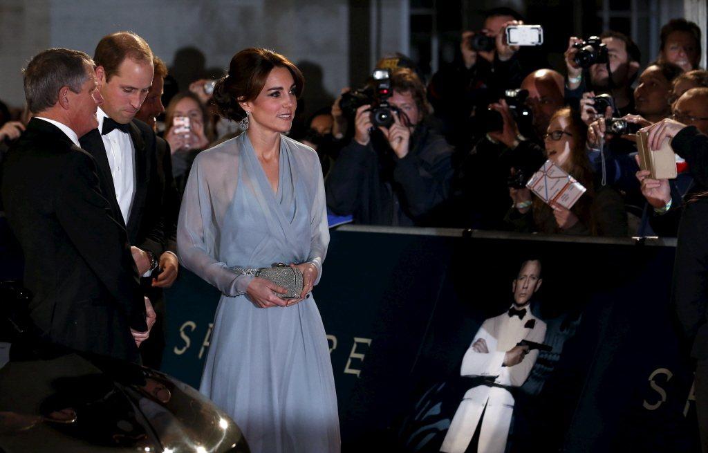威廉(左二)、凱特夫妻曾一起出席「007:惡魔四伏」首映會。(路透資料照片)