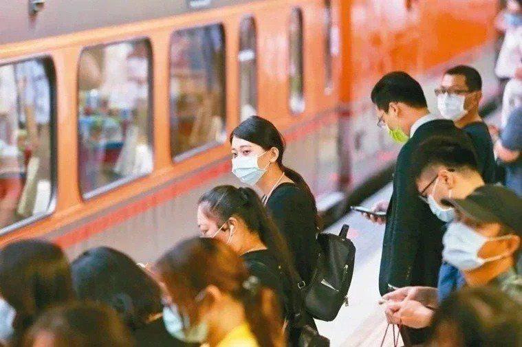 即起台鐵及高鐵車站付費區(不含列車內)於維持適當社交距離下可開放飲食。聯合報系資...