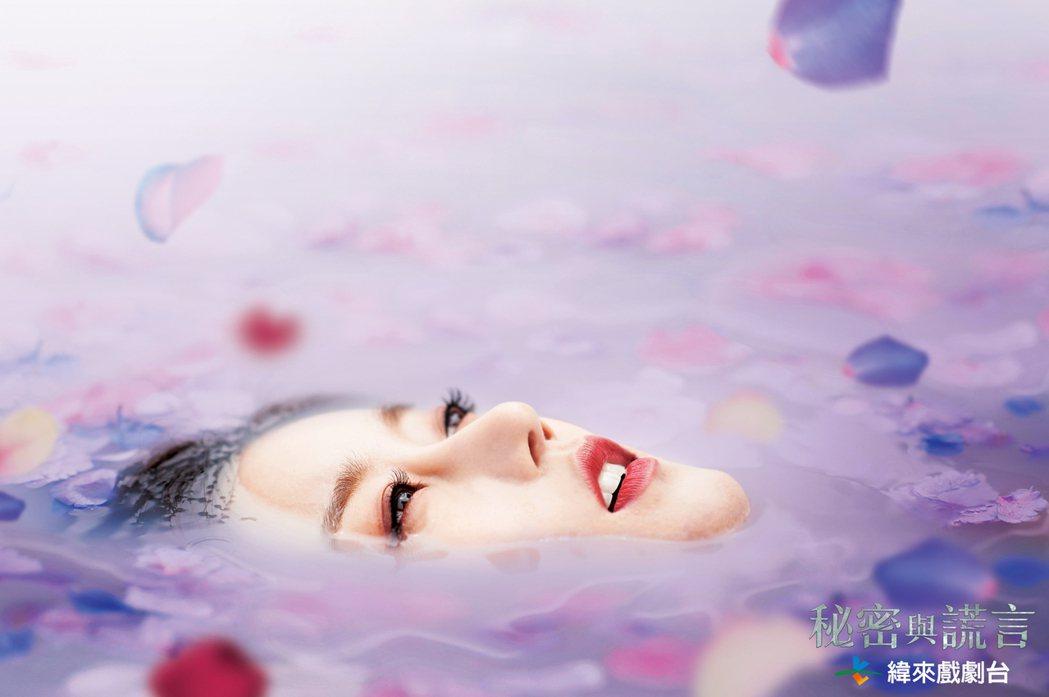 吳丞芽為戲「秘密與謊言」拍攝海報,在水中載浮載沉。圖/緯來戲劇台提供
