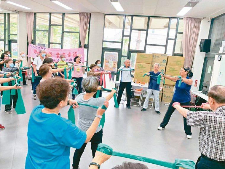 透過運動訓練肌力,有助維持腦細胞健康,同時避免失能和失智。圖/台北榮總高齡醫學中...