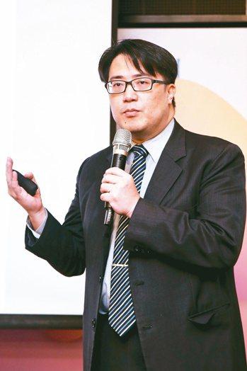 關渡醫院院長陳亮恭說明,PCDS是由台灣主導定義的亞洲經驗,獲世衛組織邀請,將參...