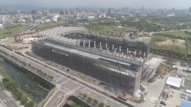 受營建成本上漲影響,施工中的台中國際會展中心,主體建築完工日延後,後續裝修還可能要追加13億元。圖/台中市政府提供