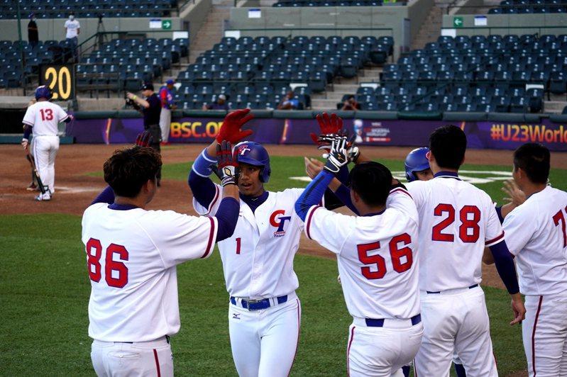 邱辰(左二)敲出兩分砲,為中華隊本屆首轟。圖/中華棒協提供