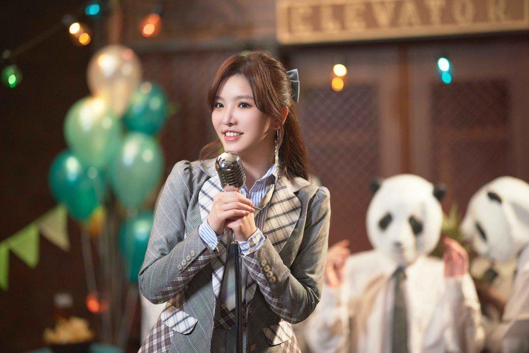王欣晨在新歌「生活就算煩了一點」MV扮演上班粉領族。圖/歆動音樂提供