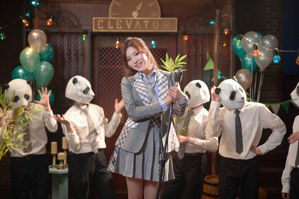 王欣晨(前)興奮表示自己超級喜歡熊貓。圖/歆動音樂提供