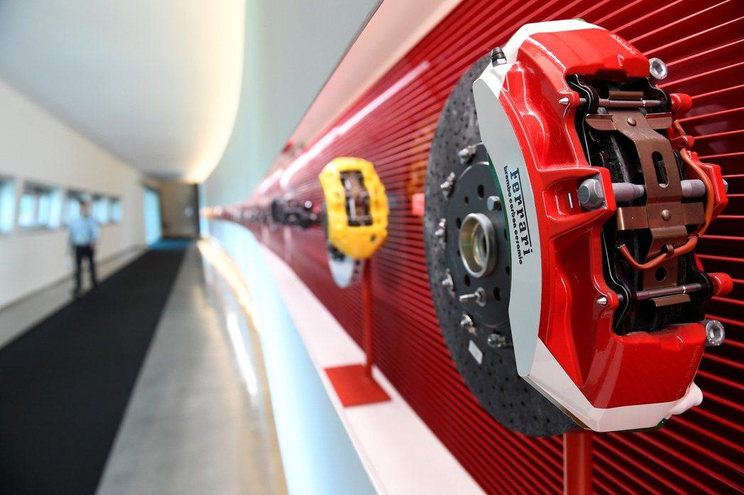 蘋果前首席設計師艾夫將協助法拉利開發第一款電動車。(路透)