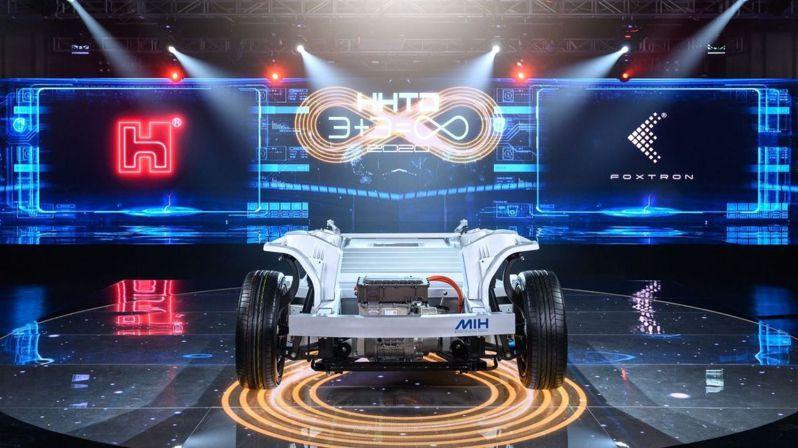 鴻海攜手碩禾、榮炭與中碳,加速開發電動車電池負極材料,預定在2023年推出首款電動巴士的動力電池。圖為鴻海電動車開放平台MIH展示電動車雛形。(本報系資料庫)