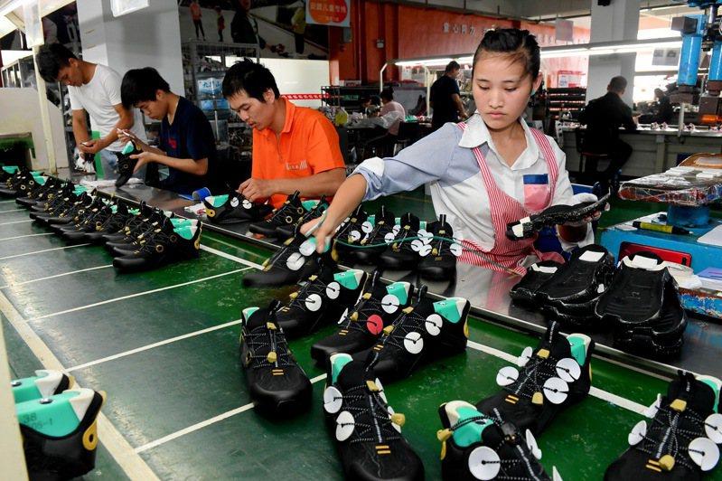 莆田一家鞋業有限公司的工人在生產線上工作。新華社