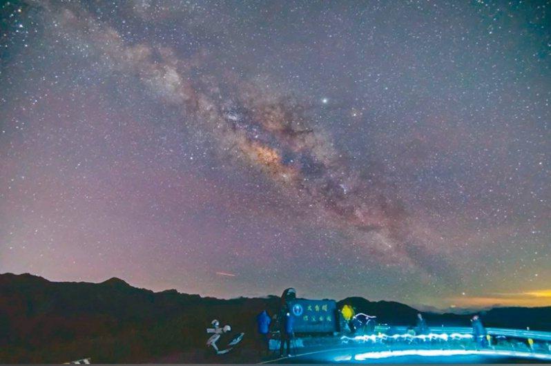 南投縣合歡山暗空公園前年獲得國際認證後,2021南投星空季活動,吸引不少星空迷上山。圖/南投縣政府提供