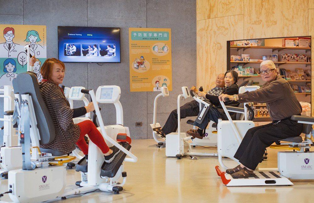 惠生藥局為熟齡族及長輩們的身體素質量身訂做所需要的運動服務,長輩們在據點進行肌力...