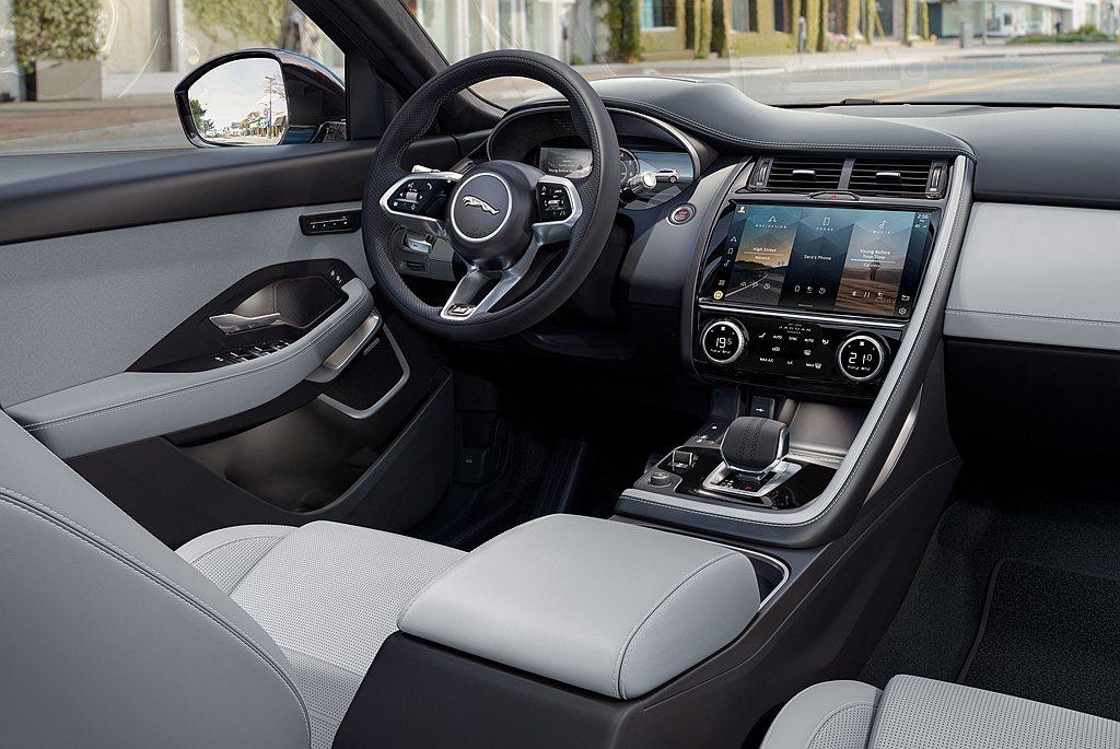 小改款Jaguar E-Pace車艙方面,家族化排檔桿與方向盤皆採皮革包覆,冷氣...
