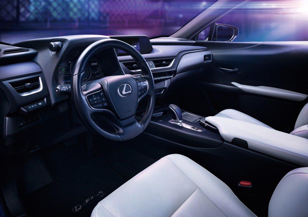 UX 300e承襲Lexus長久以來的職人工藝及高質感的內裝鋪陳,更升級搭載了L...