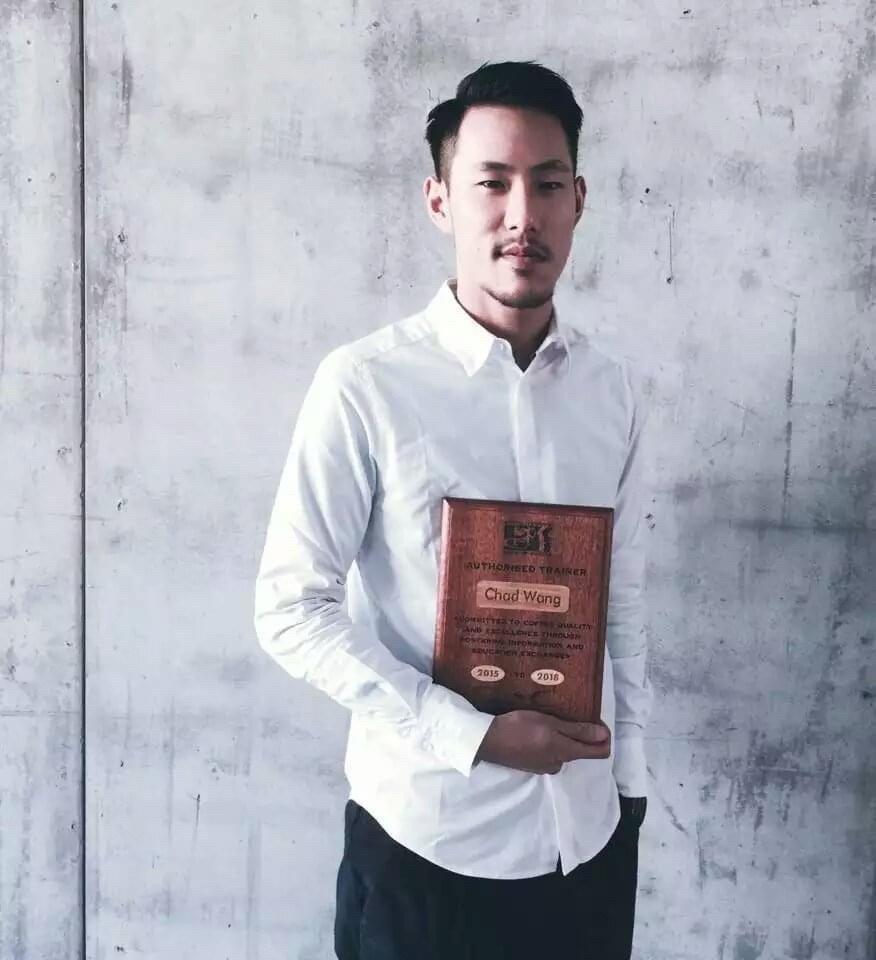 王策初到上海時,積極投入上課,考取研磨沖煮講師證照。圖/王策提供