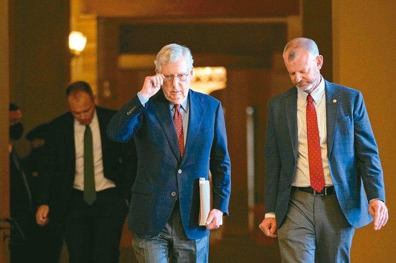 美國共和黨廿七日在參院封殺避免政府關門、提高債限的預算案。圖為參院共和黨領袖麥康諾(左)廿七日在幕僚陪同下走向參院會議廳。(法新社)