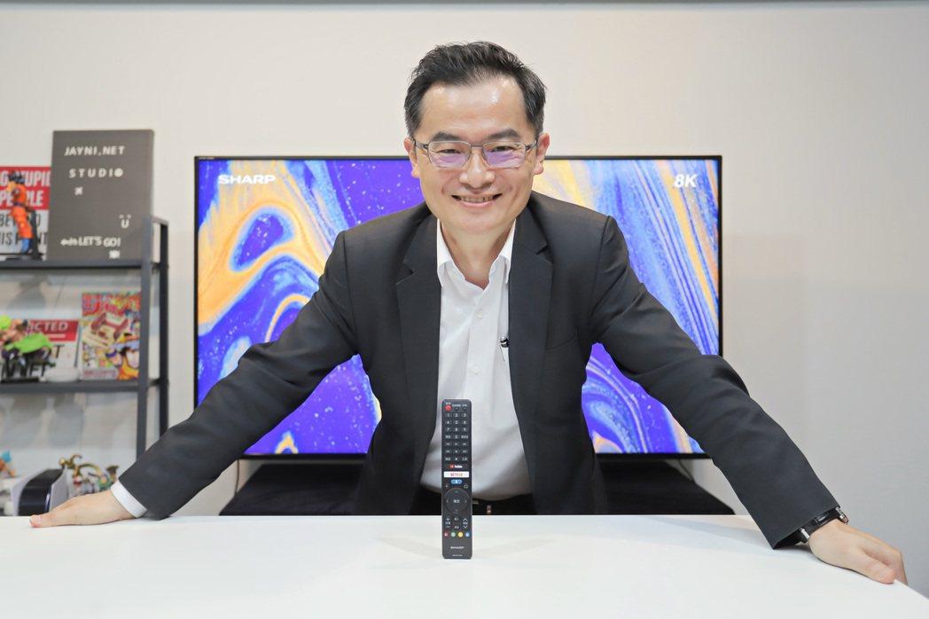 夏普台灣總經理張凱傑站在AQUOS THE SCENES 8K第三代8K顯示器前...